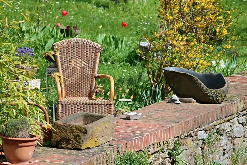 Korbstuhl im Garten