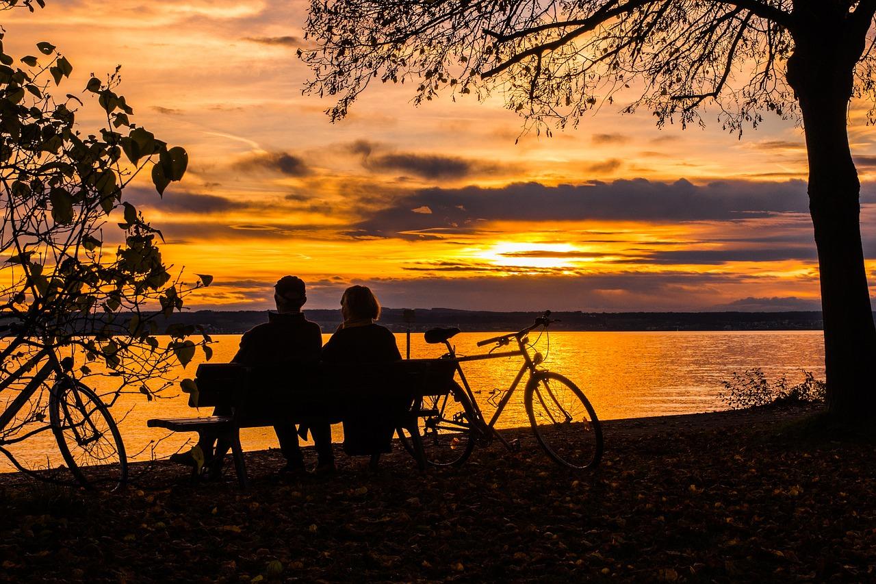 Paar auf Bank am See